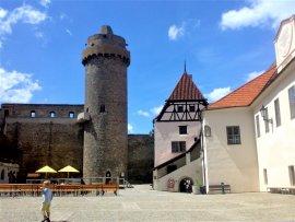 Nádvoří strakonického hradu s věží Rumpálem